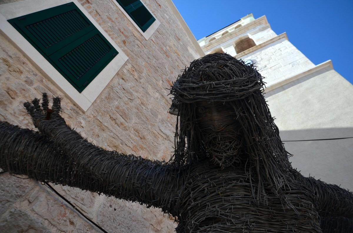 Kristus pred osrednjo cerkvijo
