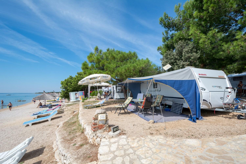 Camping Village Šimuni. Izbirate lahko med parcelami, bungalovi in mobilnimi hišicami.