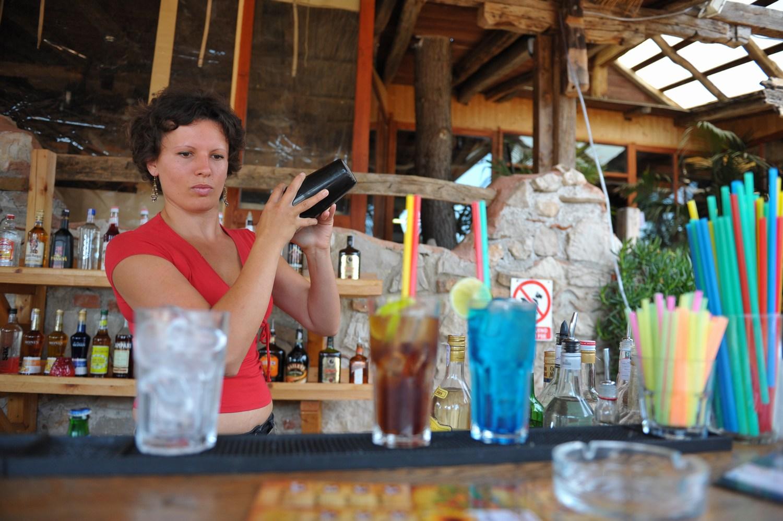 Bar Mali raj ima v svoji ponudbi več kot 40 osvežujočih koktejlov, ki jih pripravljajo vrhunski mojstri za koktejle.