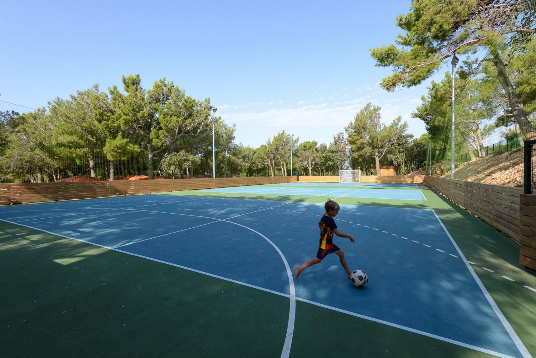 Camping Village Šimuni ima večnamensko igrišče velikosti 40 x 20 metrov, na katerem lahko igrate nogomet, rokomet, košarko …