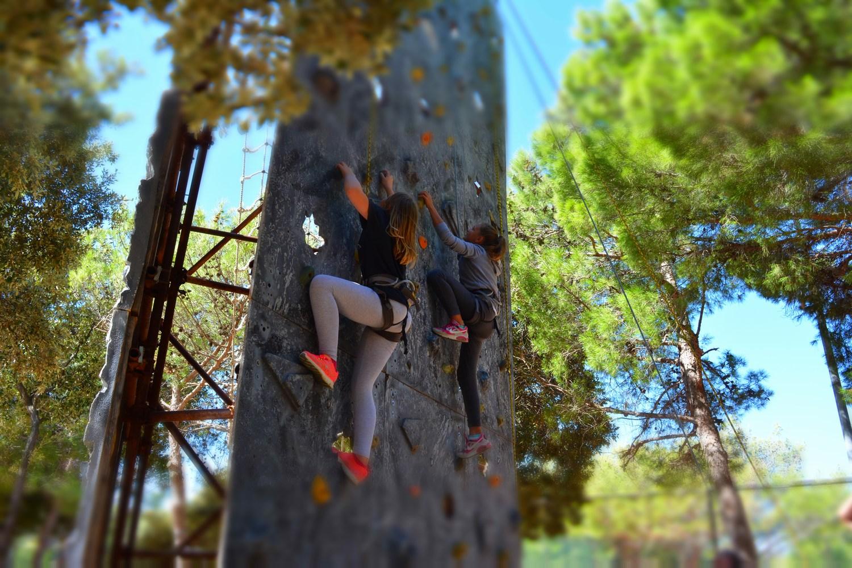 Je Šimuni edini kamp na Hrvaškem z umetno plezalno steno? Verjetno. Na tej steni, visoki sedem metrov, se lahko spoznate s tem vznemirljivim športom.