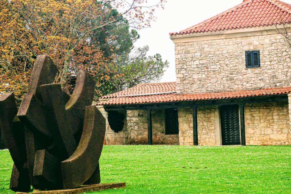 Skulptura in hiša