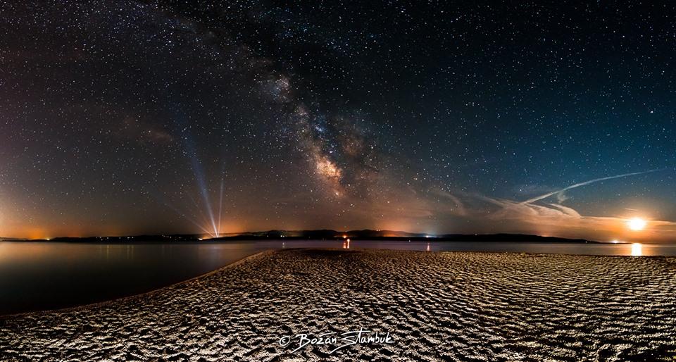 Panorama nočnega neba in Mlečne ceste iznad Zlatnog rata, enega izmed simbolov hrvaškega turizma.