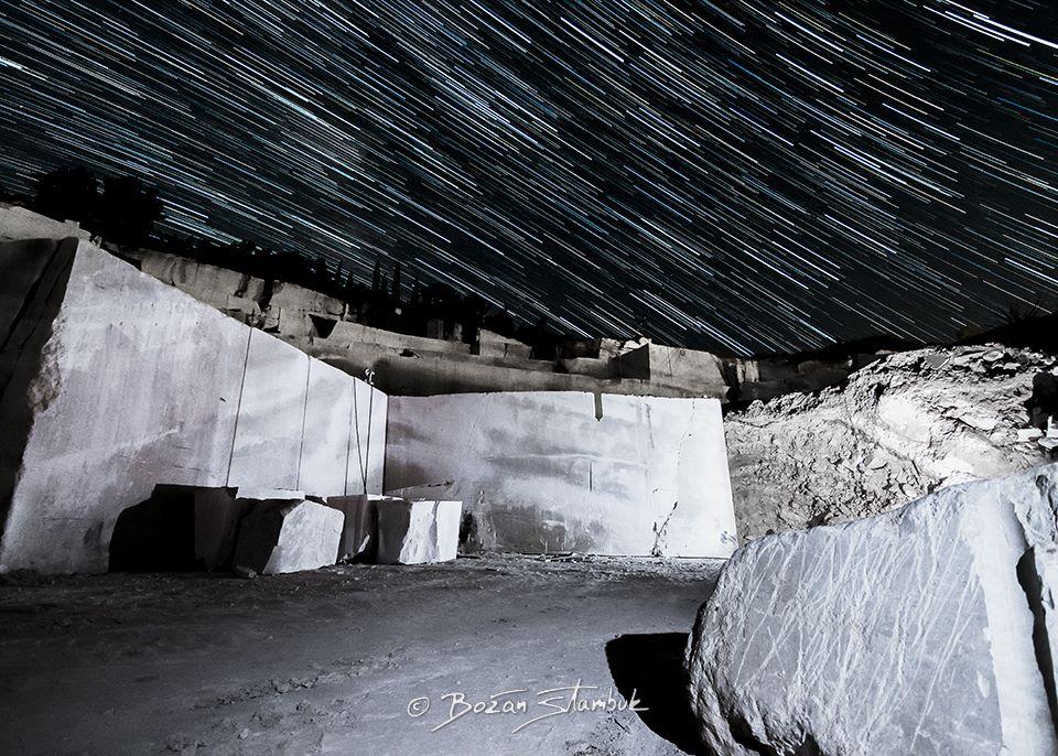 Zvezde in sledovi zvezd iznad kamnoloma pri Donjem Humcu. Kamen iz Brača ima poseben status v arhitekturi, omogočil je gradnjo številnih veličastnih zgradb.