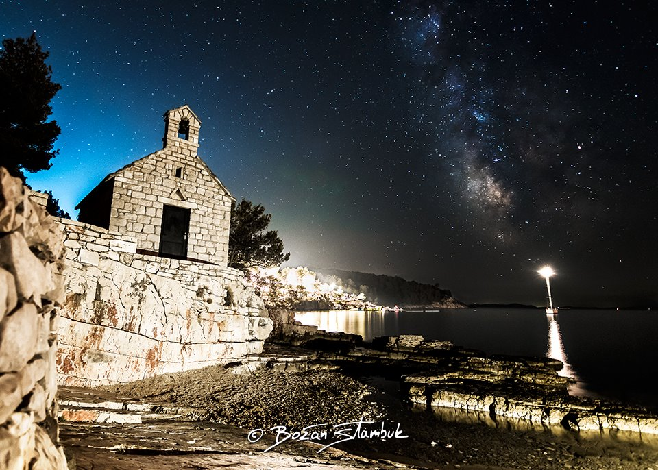Nočno nebo in Mlečna cesta iznad cerkve sv. Ivana Krstitelja (iz 14. stoletja) v zalivu Osibova, Milna, otok Brač.