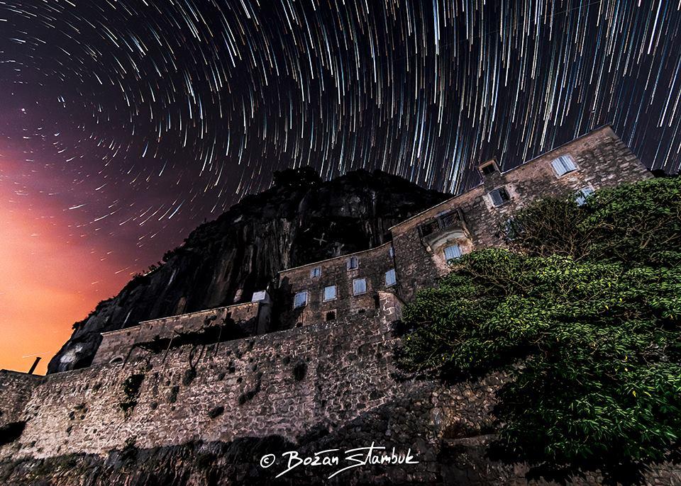 Sončni zahod in sprehajanje zvezd nad samostanom v puščavi Blaca, Nerežišča, otok Brač