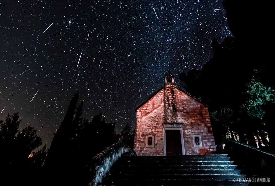 Meteorni dež iznad cerkve Svetega Roka, Supetar, otok Brač.