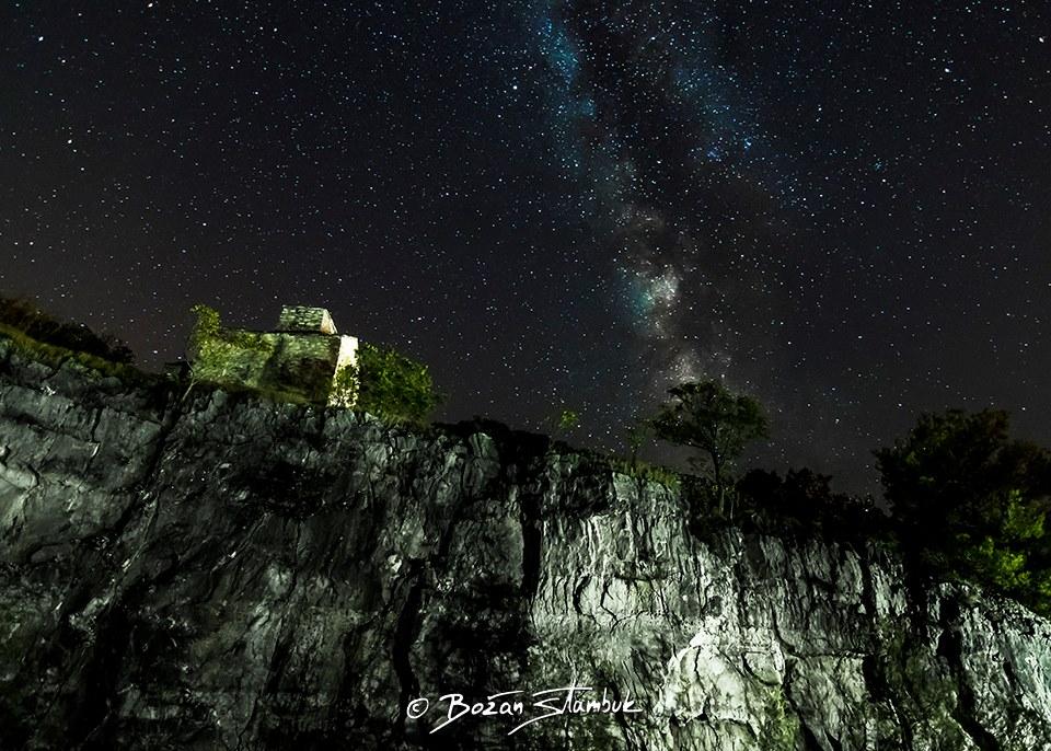 Nočno nebo in Mlečna cesta iznad cerkve sv. Mikule pri zapuščenem kamnolomu med krajema Selce in Sumartin.
