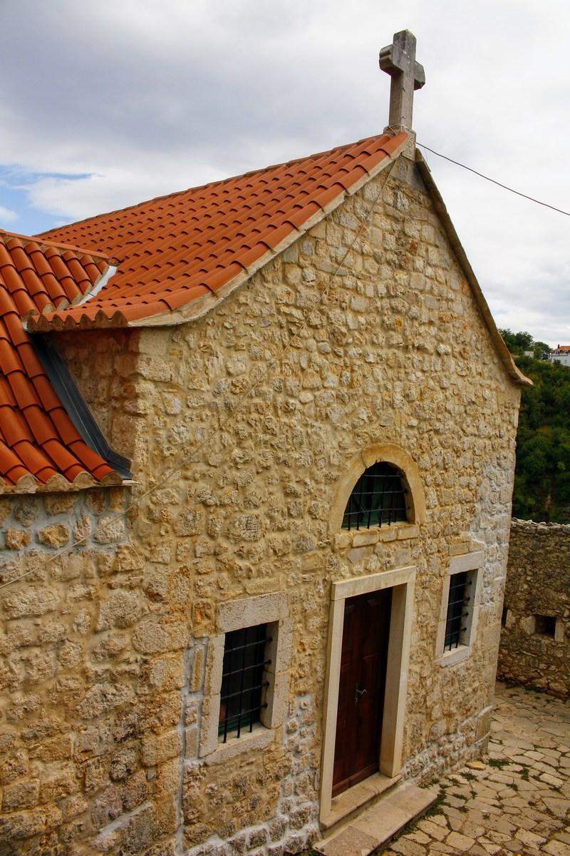 Cerkev v trdnjavskem kompleksu