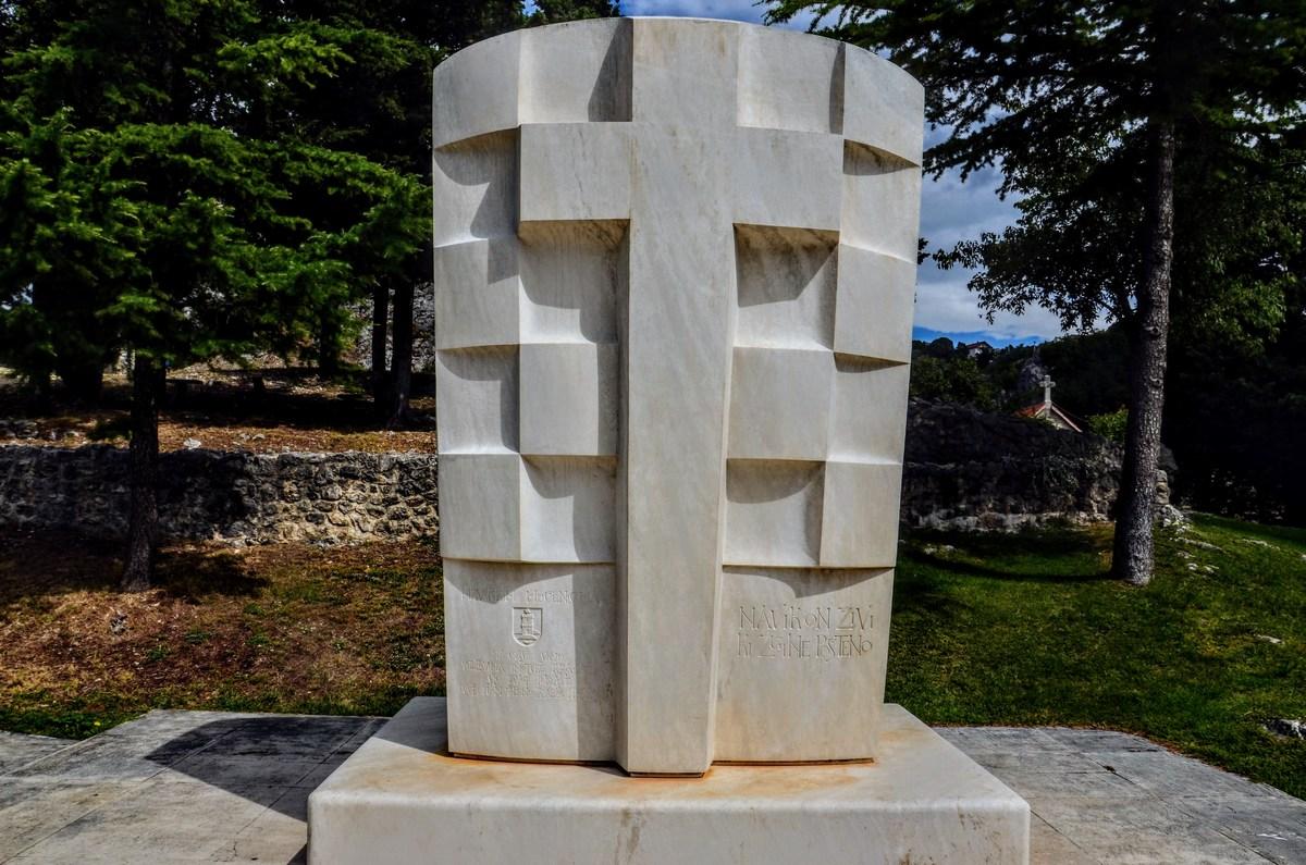Spomenik pri Topani