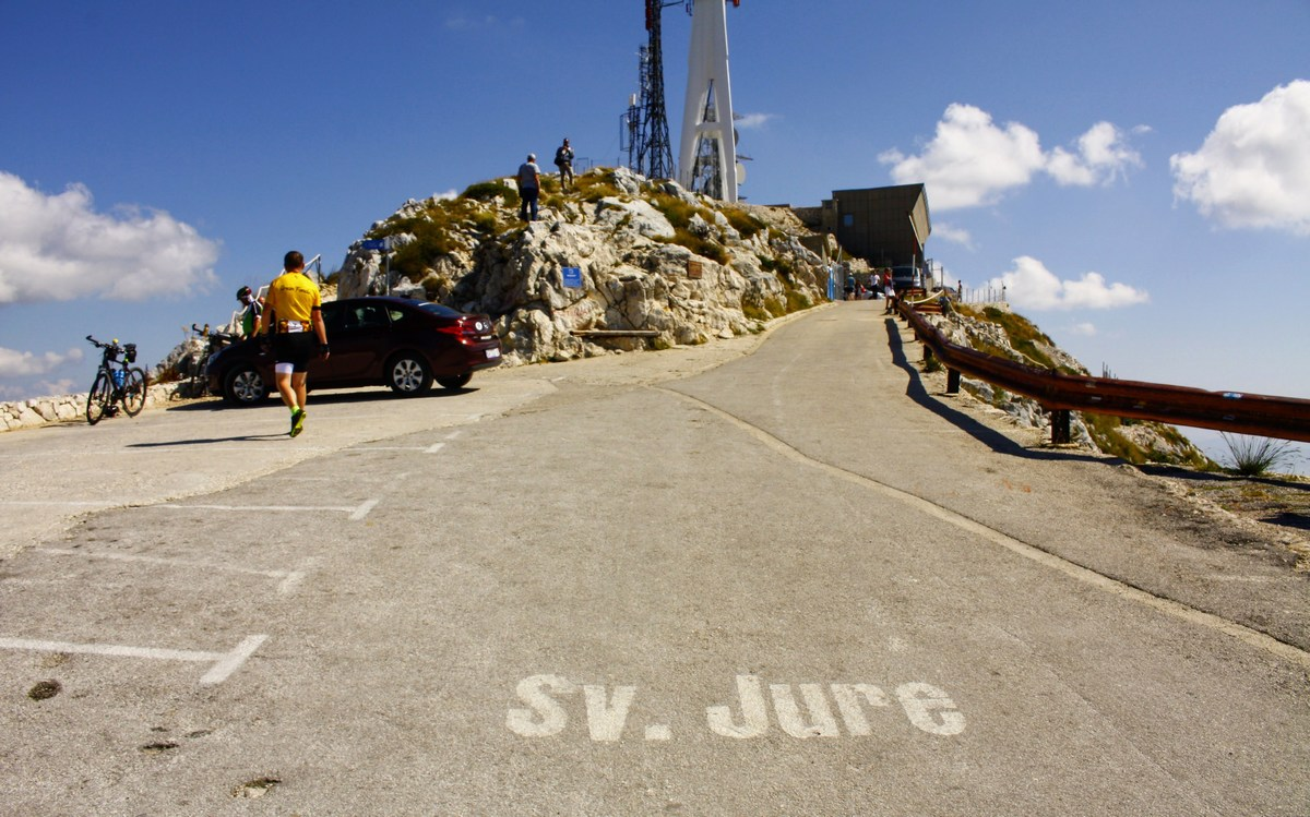 Sveti Jure. Zadnji metri ceste proti najvišji točki Biokova.