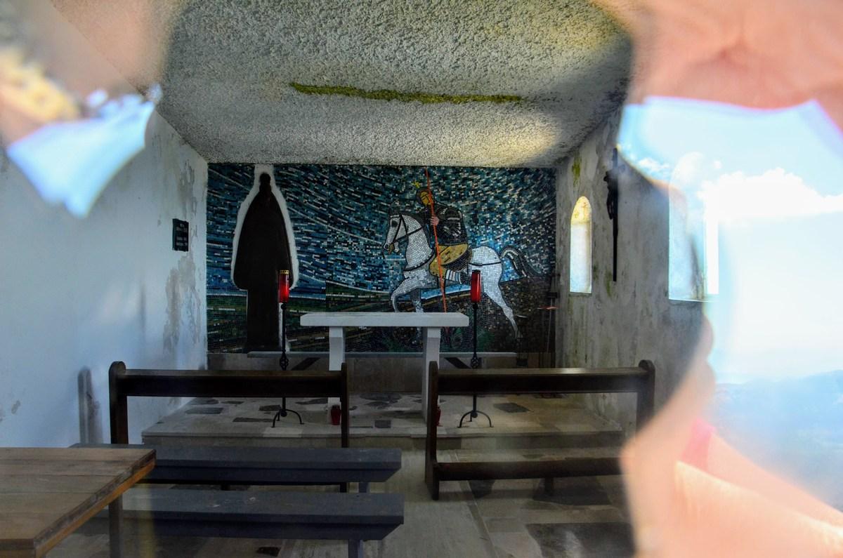 Znotraj cerkve luštna poslikava. Ali pa je to mozaik?
