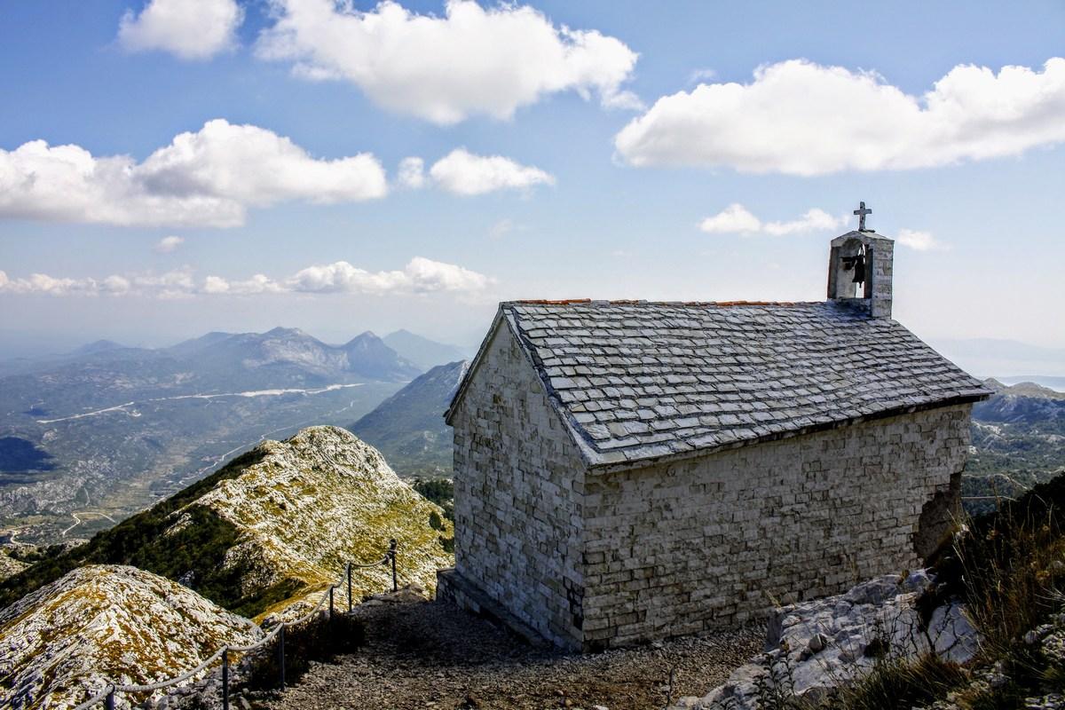 Še pogled na cerkev z zadnje strani.