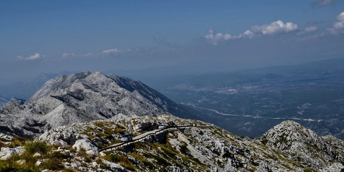 Zadnjih nekaj sto metrov, ki jih morajo avtomobili premagati do vrha.