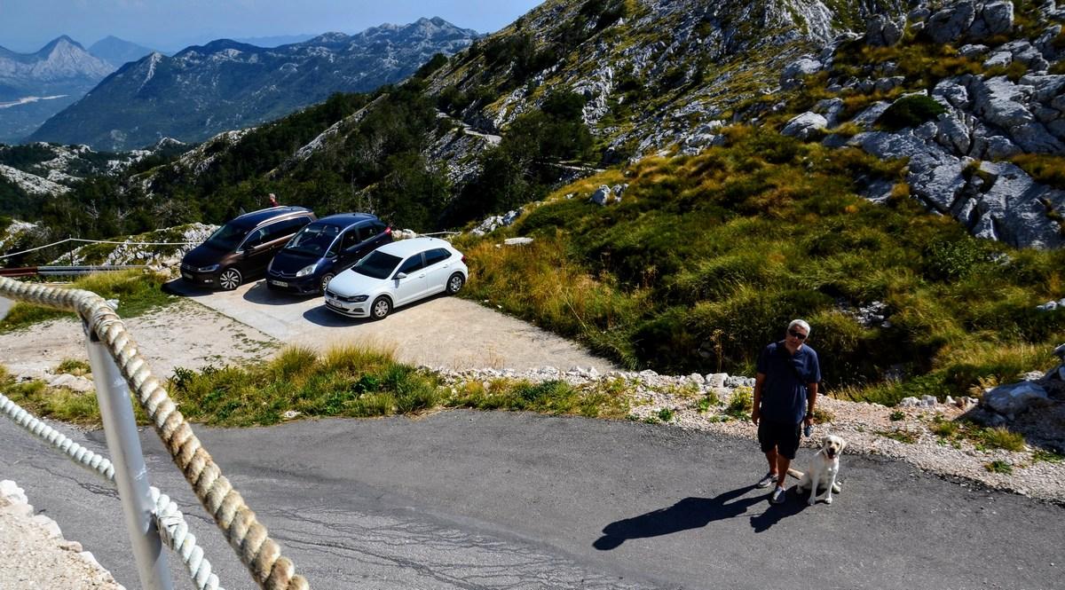 """Z avtom nismo šli čisto do vrha. Ustavili smo se """"spodaj"""", pri mini planinski koči."""