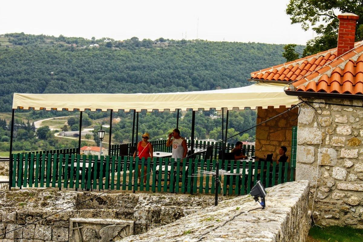 S terase restavracije je lep razgled na mesto Knin