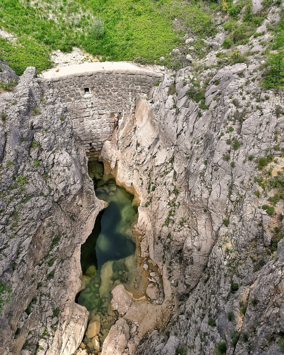 Kamen in voda