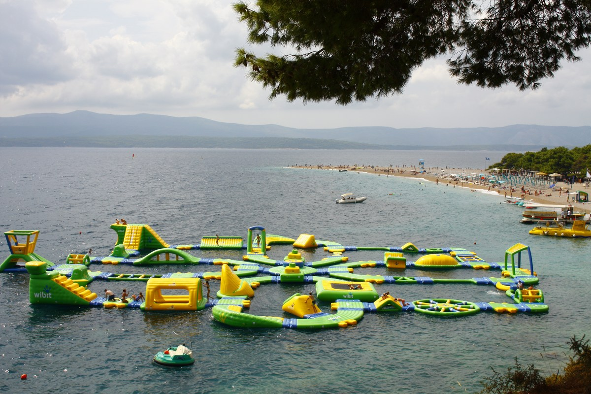 Aquapark, zadaj plaža Zlatni rat