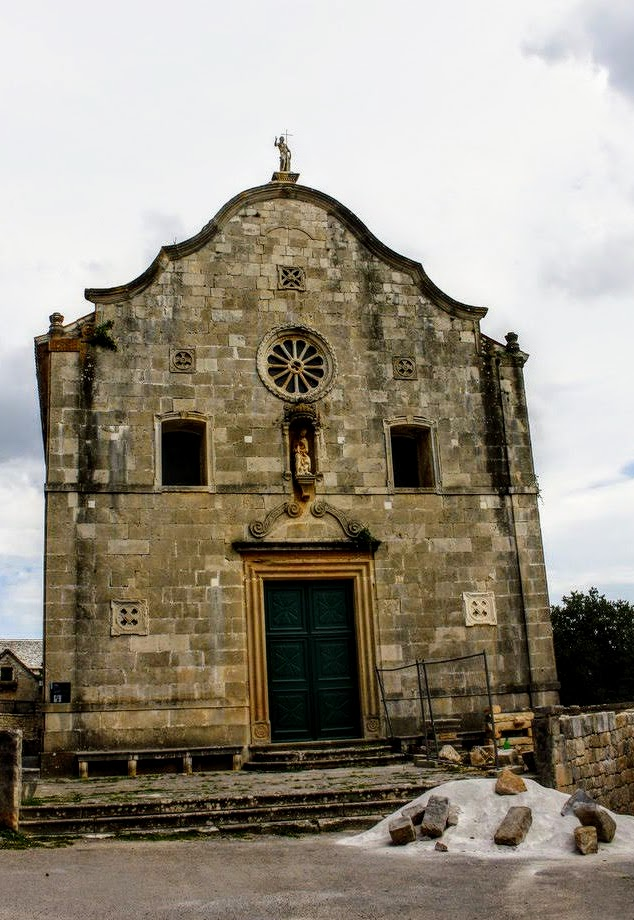 Cerkev obnavljajo