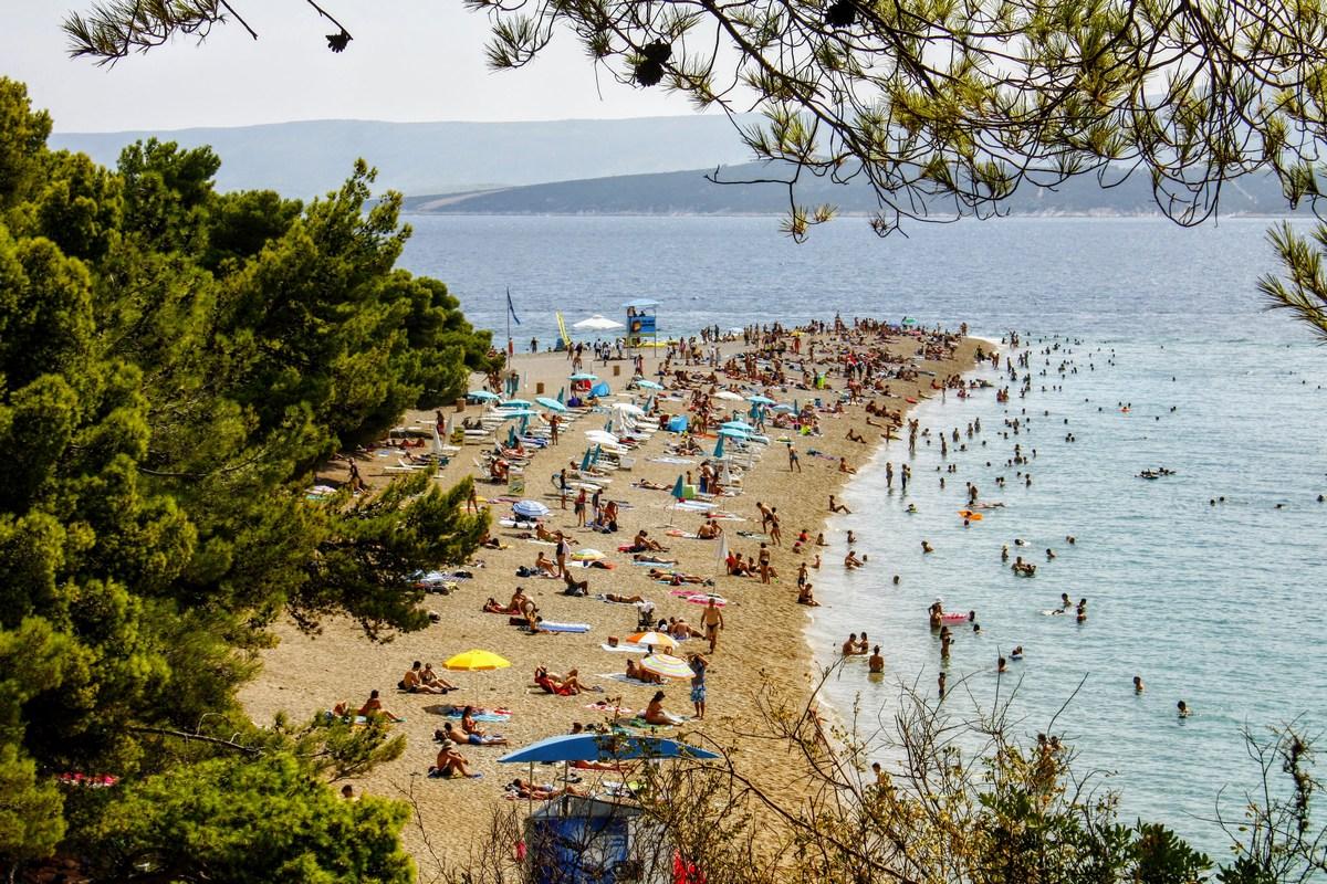 Plažo ukrivljajo vetrovi in tokovi