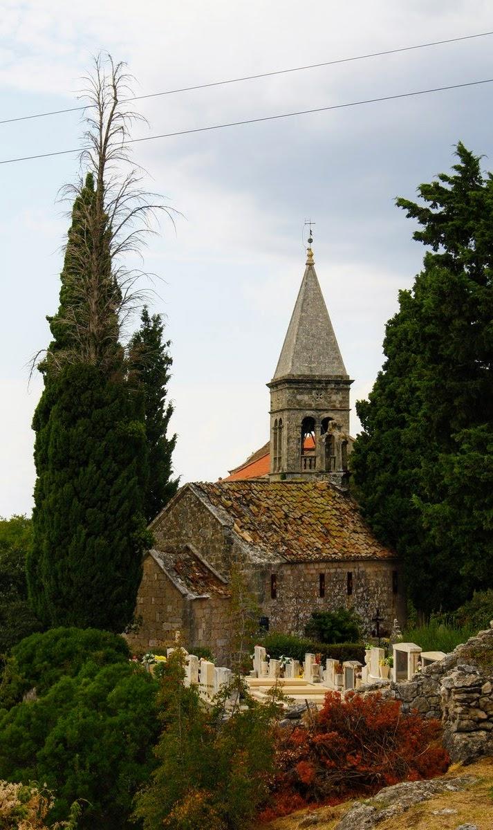 Pogled iz razgledišča, pokopališče in cerkev v ozadju