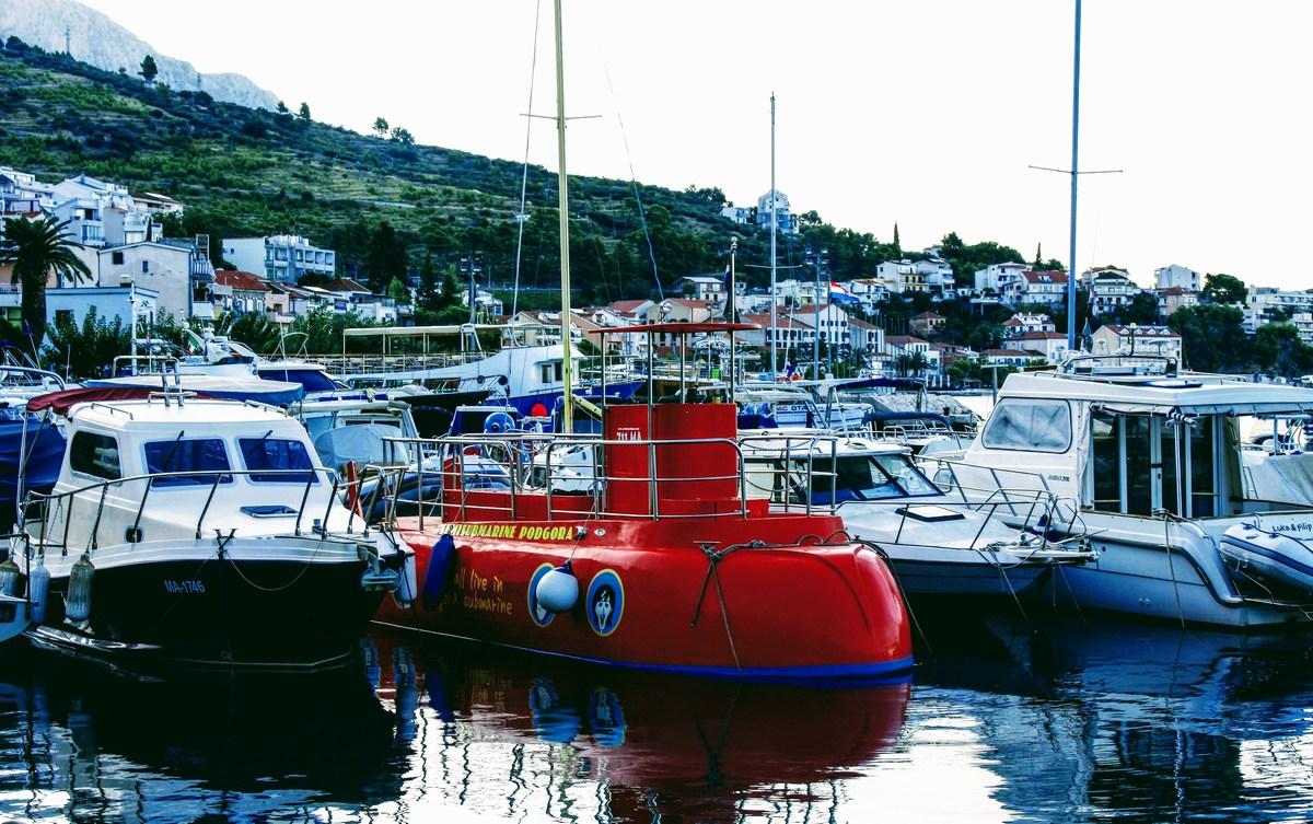 Rdeča polpodmornica za opazovanja morskega življa