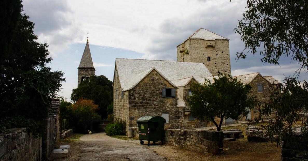 Zadnja stran muzeja, v ozadju je cerkveni zvonik