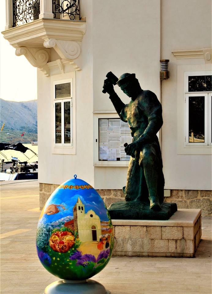 Velikonočno jajce ob spomeniku