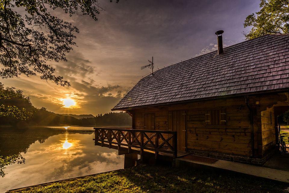 Ribiška koča ob jezeru