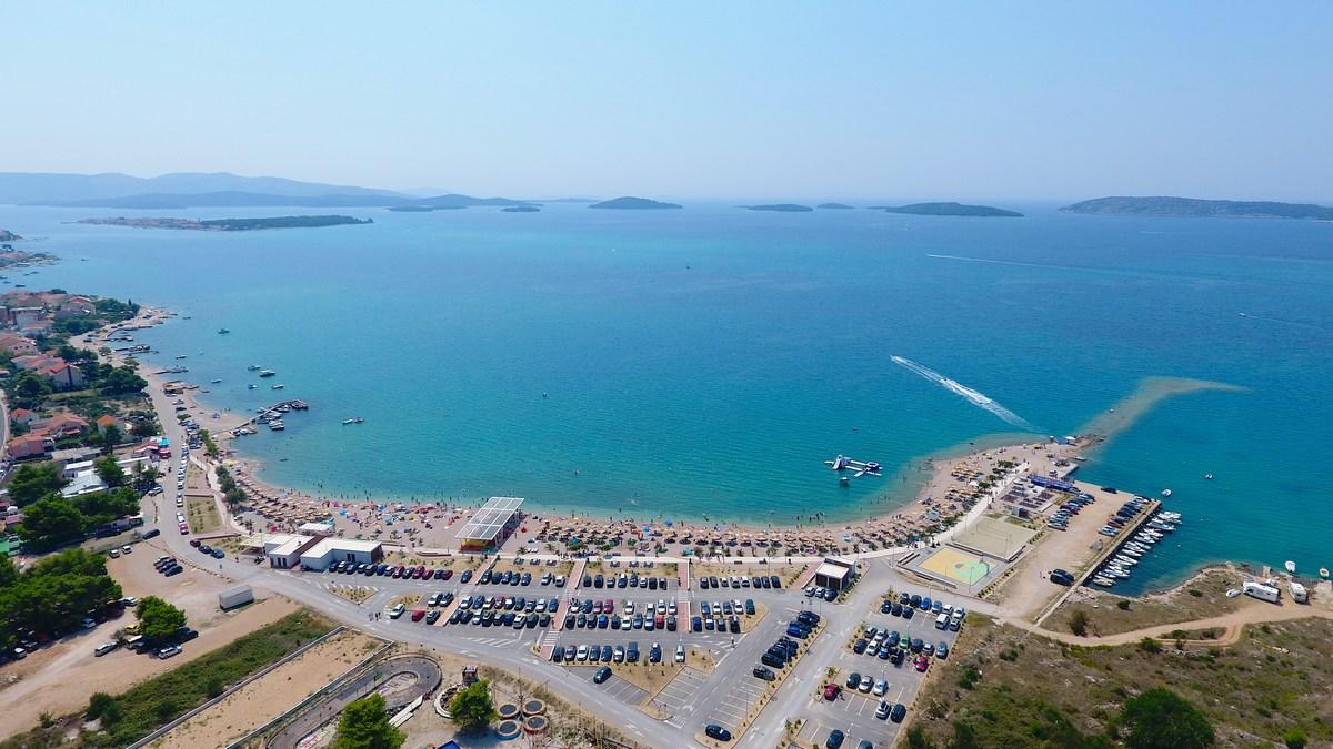 Veliko parkirišče ob plaži