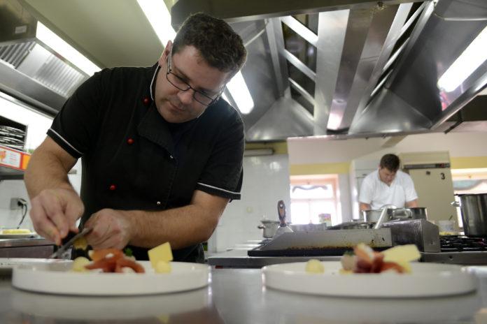 Chef Goran Erik pripravlja predjed s tartufi