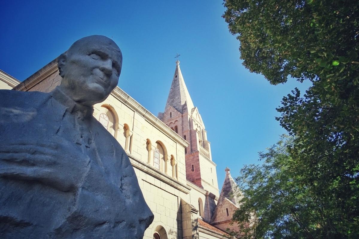 Kip ob cerkvi
