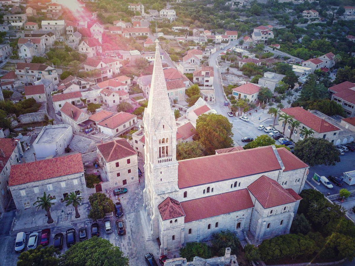 Mogočna cerkev v Selcah