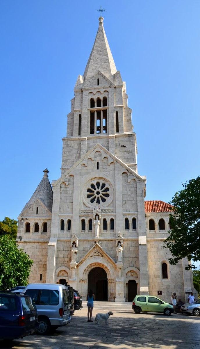 Visoka, mogočna cerkev