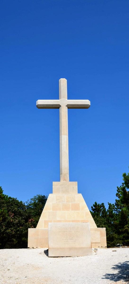 Dvanajst metrov visok križ