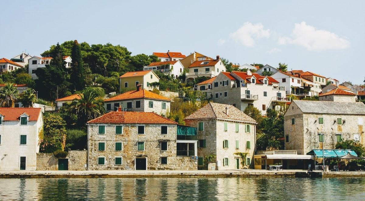 Kamnite hiše ob sami obali