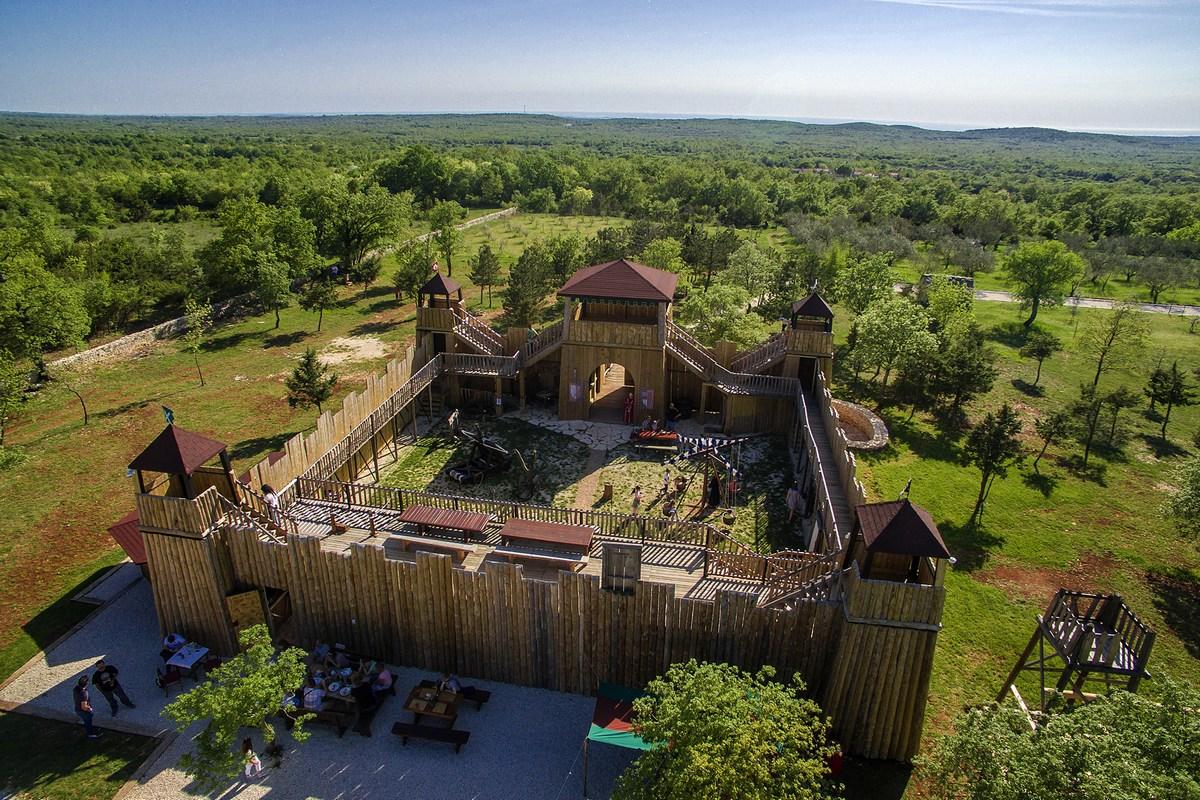Čudovita lesena utrdba
