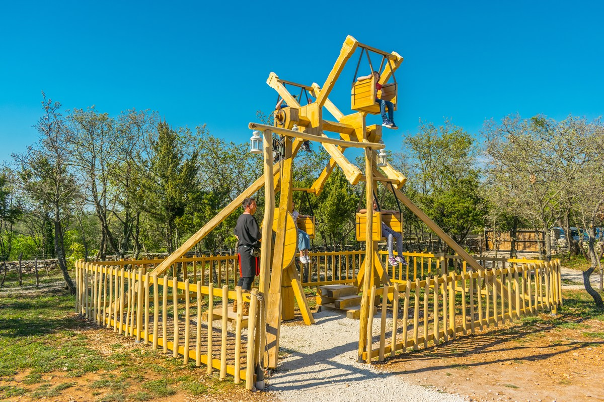 Velika lesena igrača