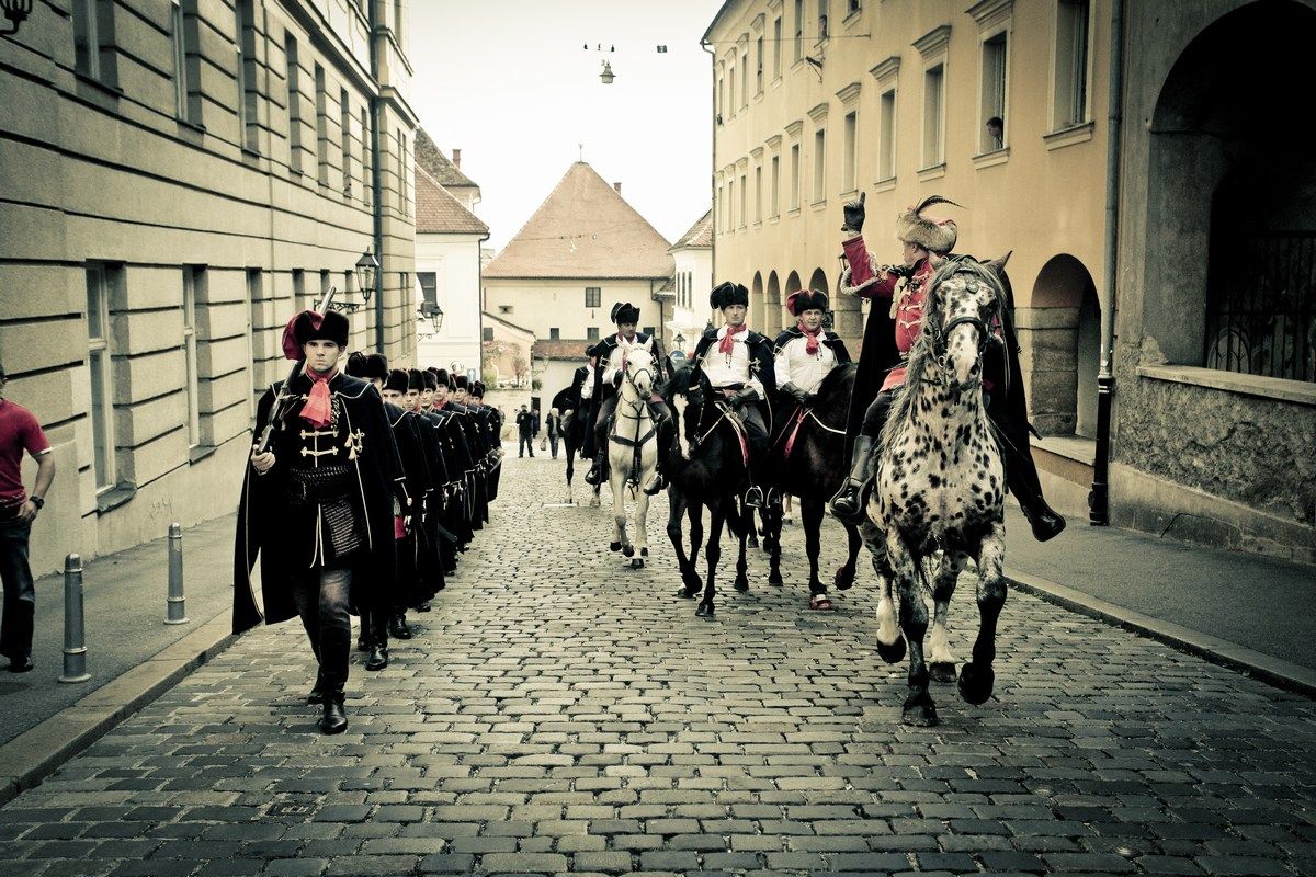 Kravat pukovnija maršira