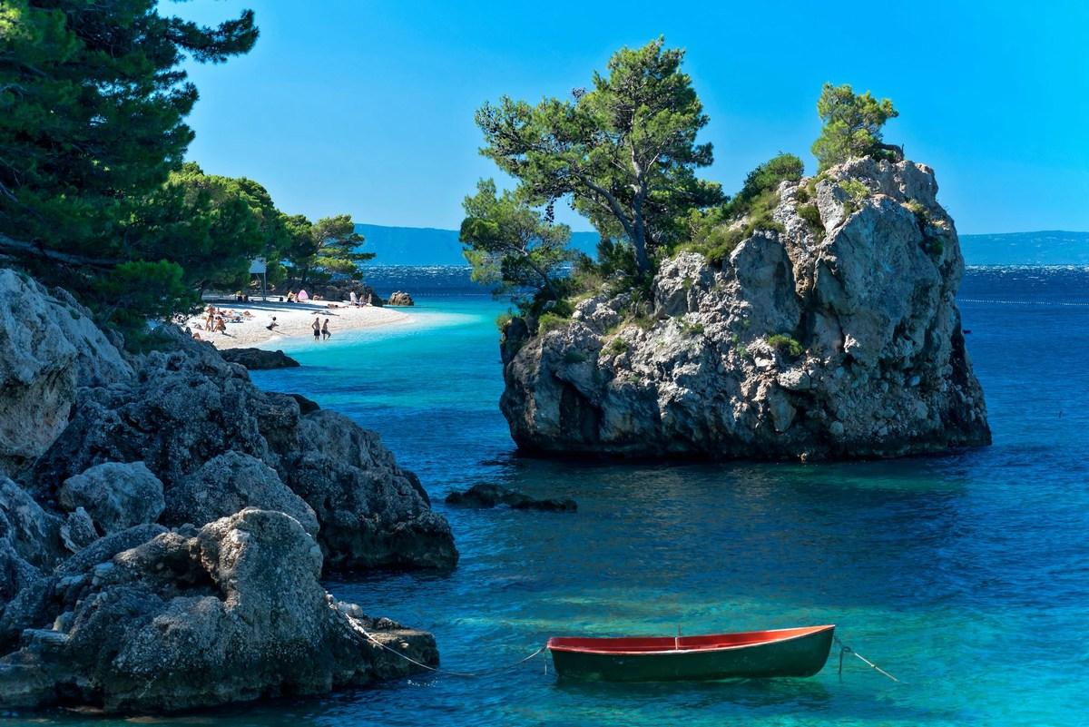 BRELA, Kamen Brela in plaža Punta Rata, čoln