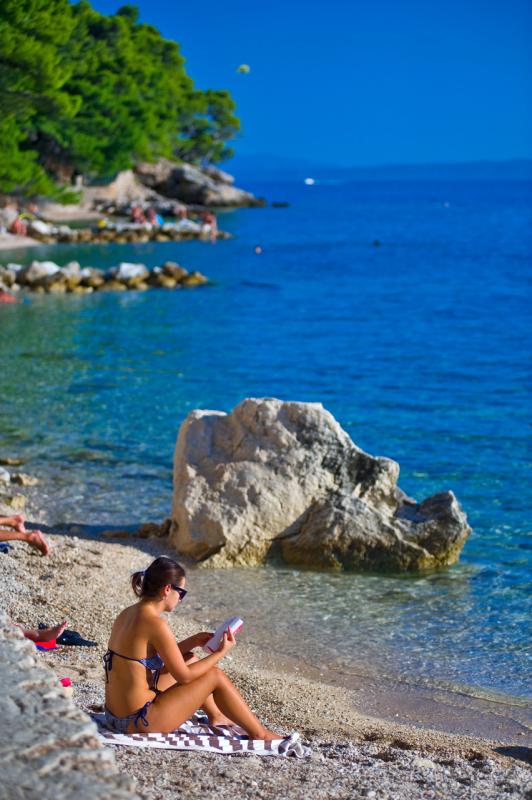 Brela, ženska na plaži