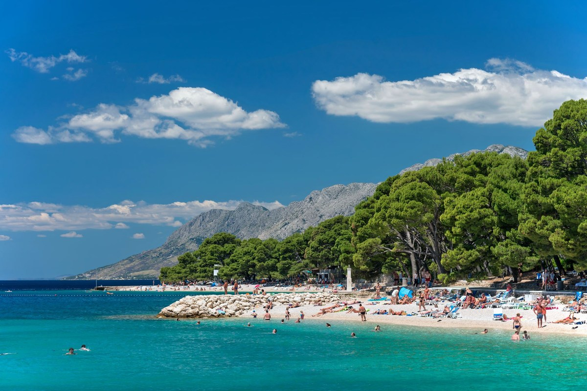 Plaža Maestral spredaj in plaža Punta Rata zadaj