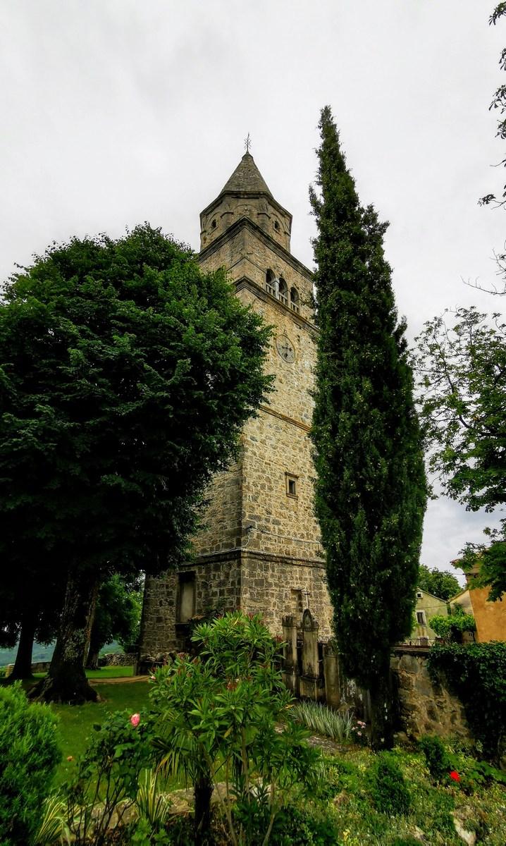 Zvonik med drevesi