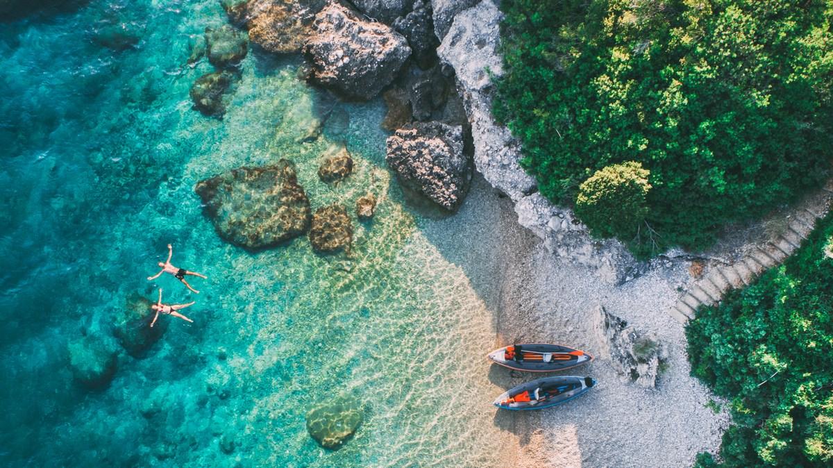 Drvenik, s kajakom do skritih plaž