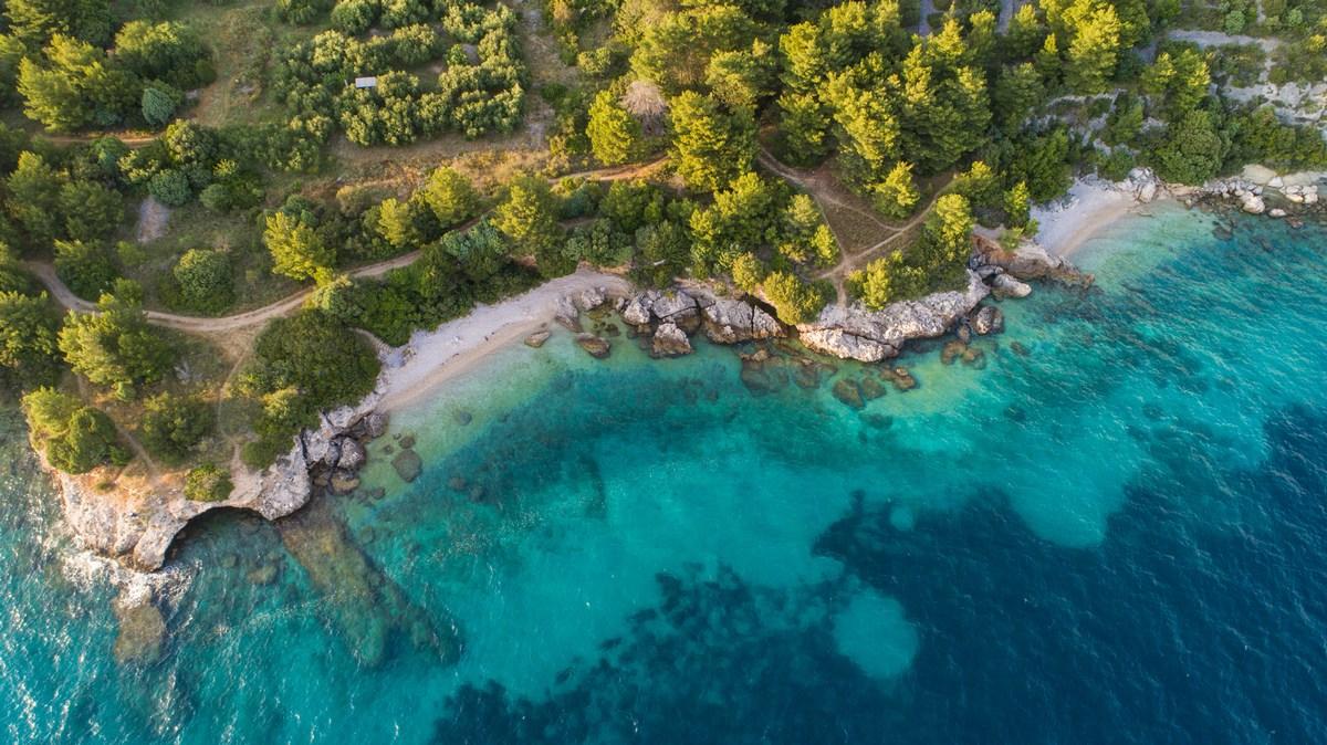 Drvenik, zaliv Čista, dve plaži in morska votlina