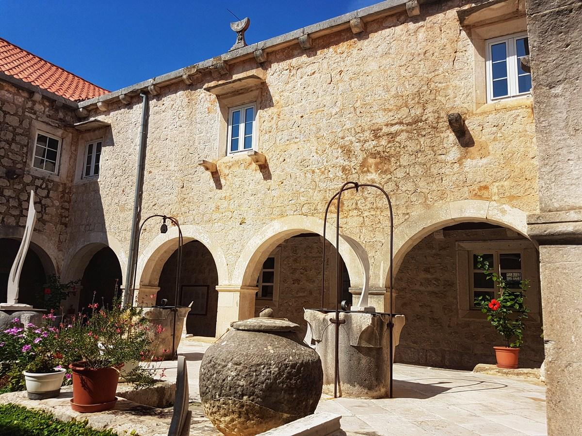 Dvorišče samostana
