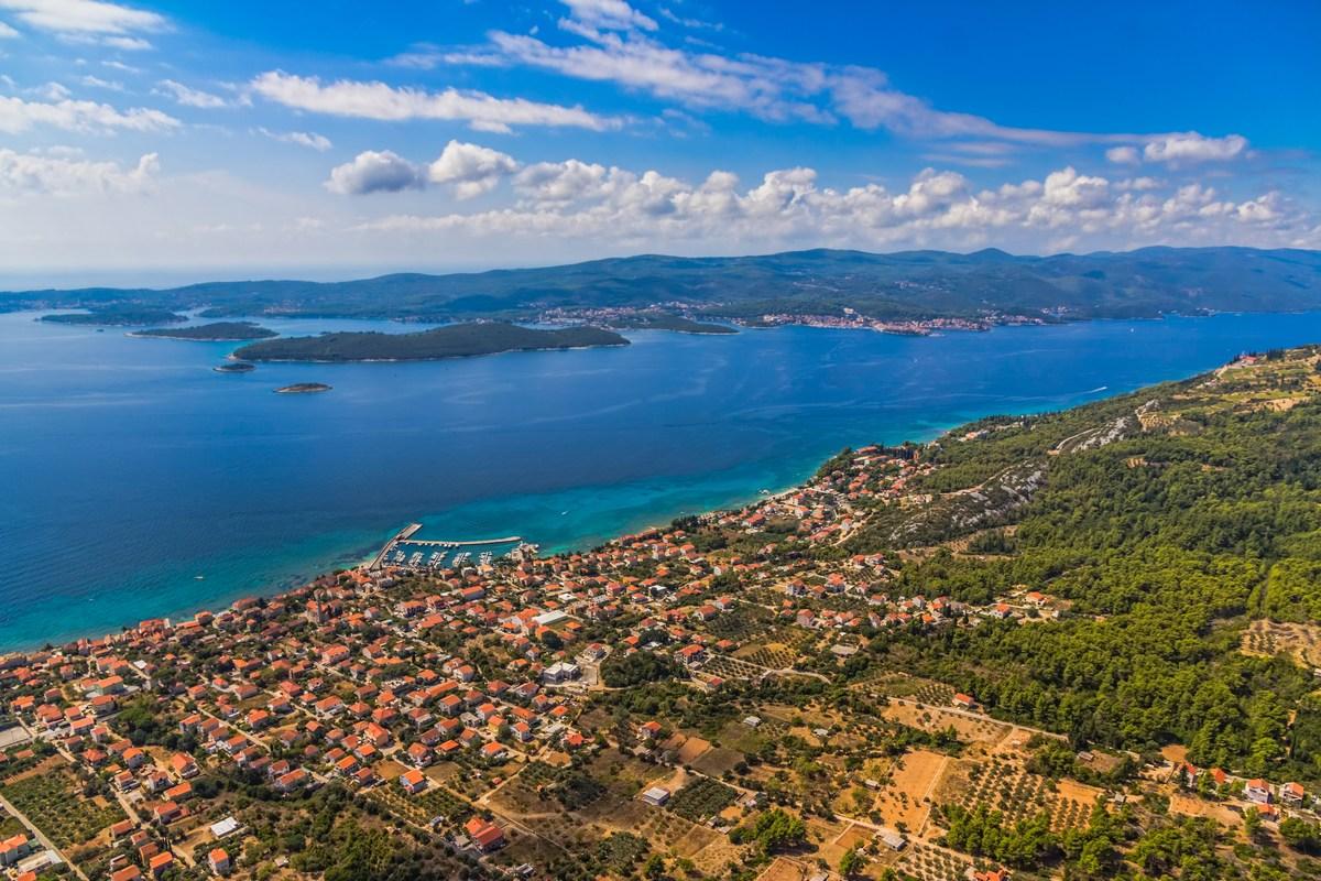 Orebić, v ozadju Korčula