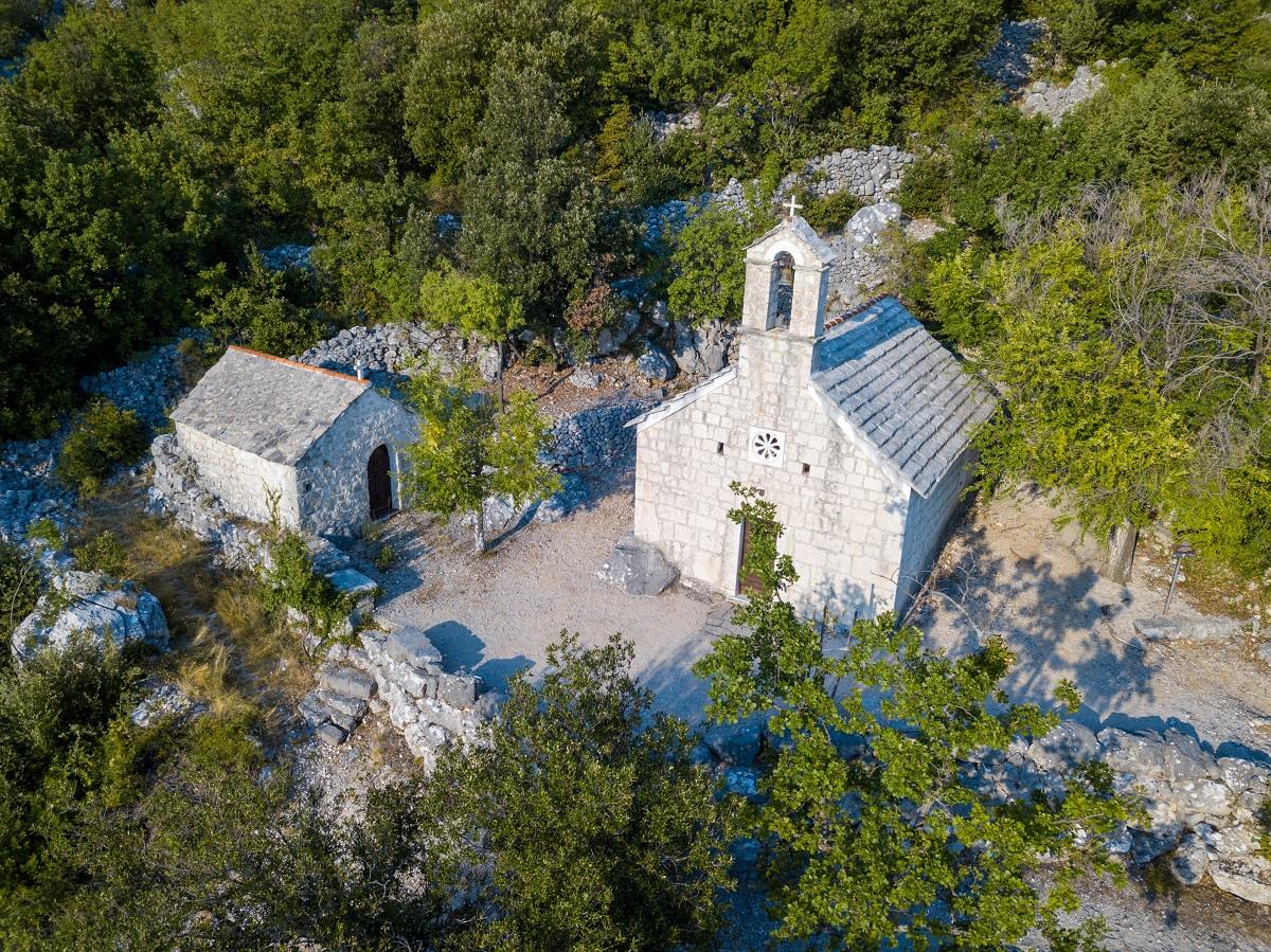 Polno cerkva in kapelic