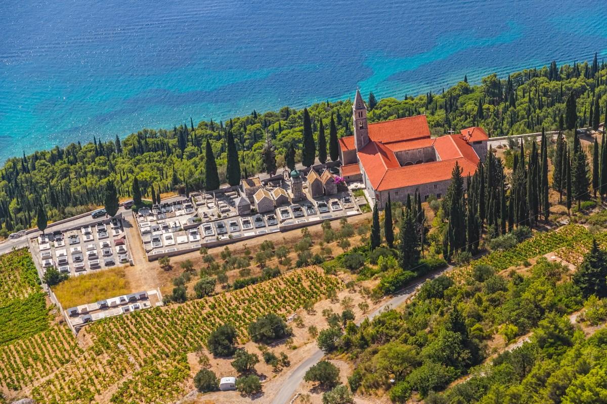 Samostan s kapitanskim pokopališčem