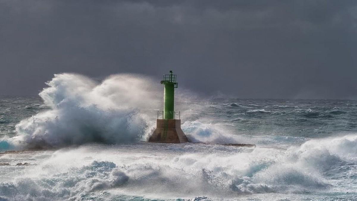 Svetilnik in valovi